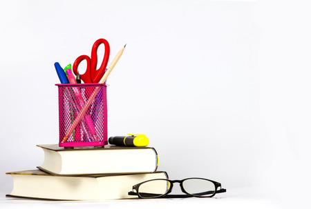 estuche: equipos de lectura y estudio colocado en el apilamiento de los libros