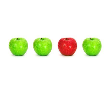 赤いりんご場所水滴と青リンゴの中で白い背景の上のユニークです