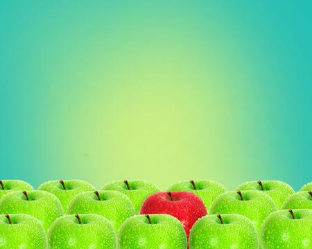 ユニークな水滴と青リンゴの間でレトロな緑の背景に赤いリンゴを配置します。