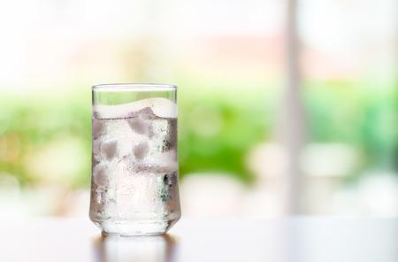 vasos de agua: El vaso de bebida fresca fresca con cubitos de hielo sobre la mesa