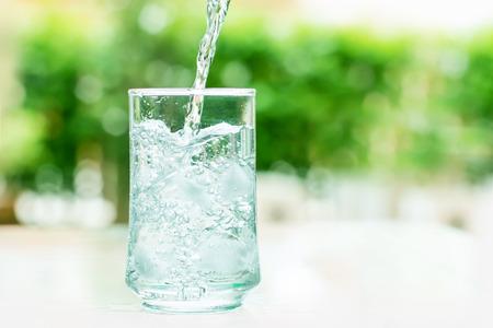 puro: un vaso de agua fría con un poco de flujo de agua hacia abajo un movimiento Foto de archivo