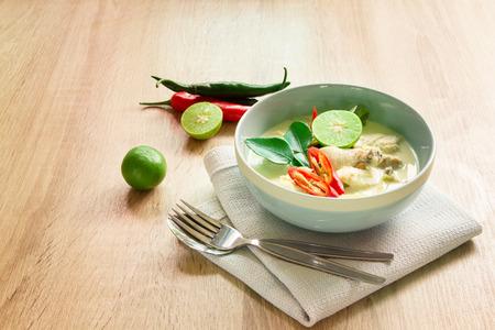sopa de pollo: Sopa de coco cremosa picante con pollo comida tailandesa llamado Tom Kha Gai en mesa de madera