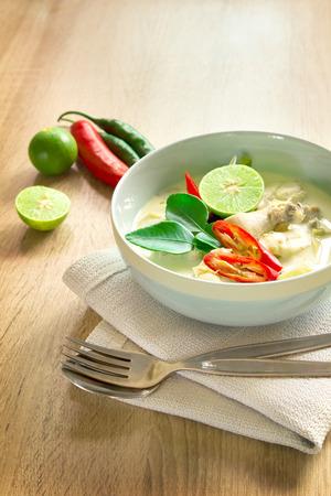 クリーミーなココナッツ スープ チキン タイ料理トム Kha の街と呼ばれる木製のテーブル