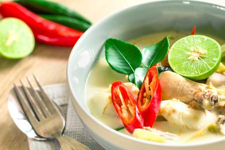 Spicy cremige Kokossuppe mit Hähnchen, Thai-Food genannt Tom Kha Gai auf Holztisch Standard-Bild - 42003016