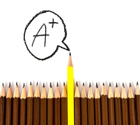 integridad: el lápiz de madera acordar con uno diferente, con grado A tenor literal como símbolo de concepto de liderazgo Foto de archivo