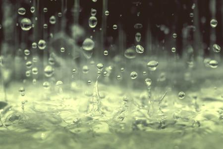 梅雨の季節の床に落ちる雨の水滴をクローズ アップのヴィンテージ色のトーン