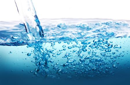 de Close-up blauwe plons van het water met bubbels op een witte achtergrond Stockfoto
