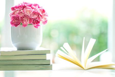 本の背景を持つ新鮮なピンクのカーネーションの花 写真素材