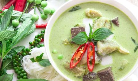 curry: El curry cremosa leche de coco verde con pollo, la comida popular tailand�s llamado Gaeng Keow Wan Gai en mesa de madera