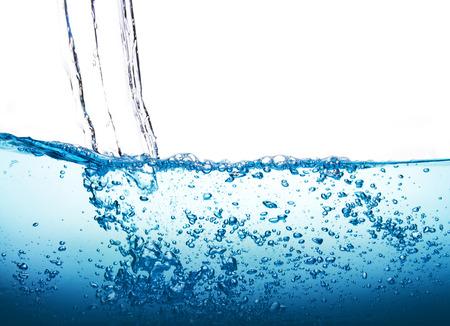 白い背景の上の泡と青い水のしぶきを閉じる