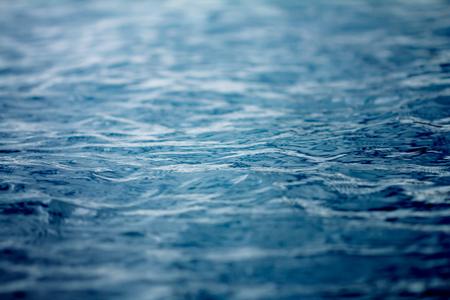바다와 바다 물 표면 가까이, 선택적 포커스