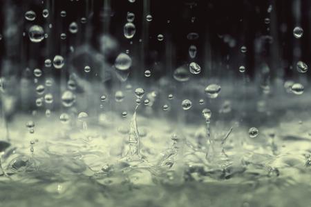 kropla deszczu: Archiwalne tonowe kolor bliska deszczu kropla wody spada na podłogę w porze deszczowej