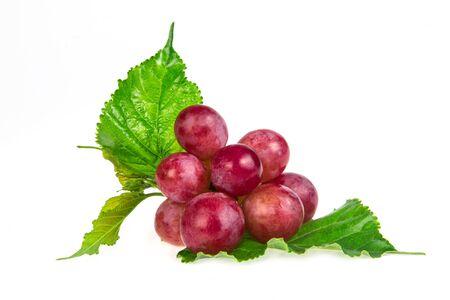 uvas: las uvas rojas aisladas sobre fondo blanco