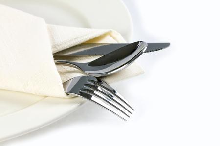 plato de comida: cerca comedor a los cubiertos tenedor, cuchara y cuchillo con el plato sobre fondo blanco y el espacio de texto Foto de archivo