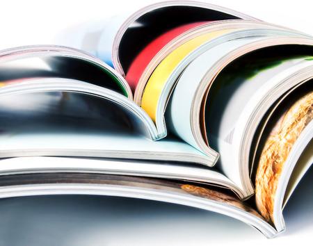 カラフルな雑誌のスタック