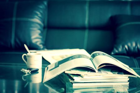selectieve focus van het stapelen tijdschrift plaats op de tafel in de woonkamer