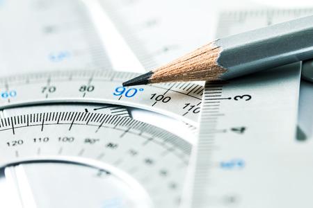 非常にセレクティブ フォーカス部銀の鉛筆と精密測定工具、建設や建築設計のアイデアを図面の概念