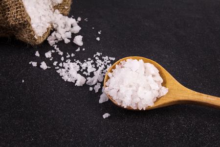 sal: los cristales de sal en el fondo de la placa de piedra negro, enfoque selectivo