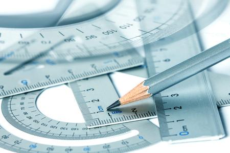 matematicas: enfoque selectivo del lápiz con la herramienta de medición de precisión Foto de archivo