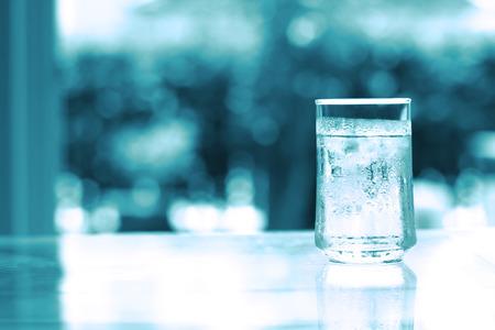 Le verre de boisson fraîche avec du glaçon sur la table