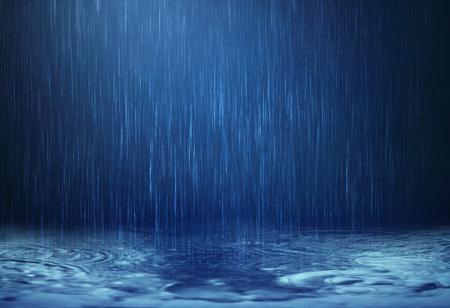 雨水落到了雨季的地板上