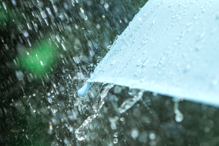 selectieve focus voor close-up van een deel van de paraplu, die regen druppels vallen, ondiepe DOF heeft
