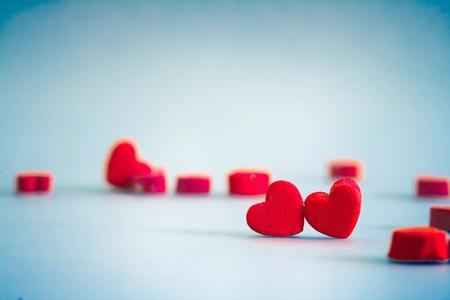 赤のハートの形で甘い、ロマンチックな瞬間、レトロな色調でバレンタインデーのコンセプトが大好き