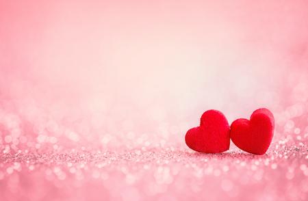 Las formas de corazón rojo sobre fondo abstracto brillo de luz en el concepto de amor para el día de San Valentín con el momento dulce y romántico Foto de archivo