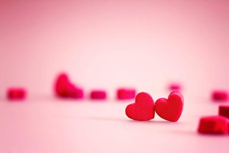 甘い、ロマンチックな瞬間にバレンタインの日の愛の概念に赤のハートの形 写真素材