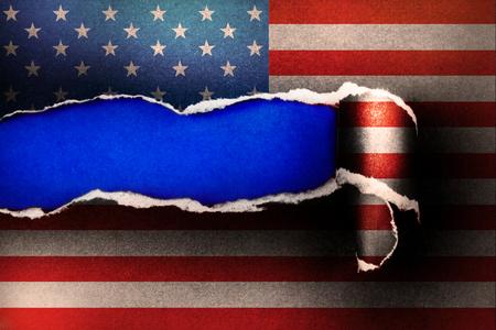 引き裂かれた紙と空の青色用紙の背景、独立記念日の概念空間上にアメリカ国旗