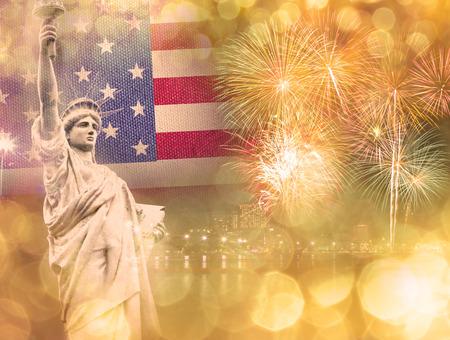 julio: La Estatua de la Libertad con la celebración de fuegos artificiales en el fondo de la bandera EE.UU., el 4 de julio concepto de Día de la Independencia