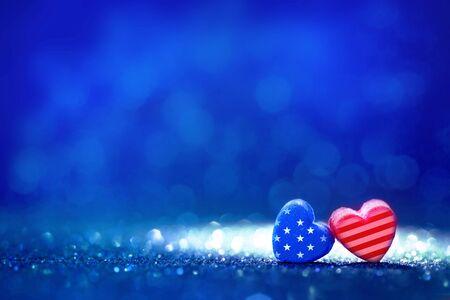 抽象的な光のアメリカ国旗のハートの形のキラキラ背景、4 日 7 月の独立記念日のための概念