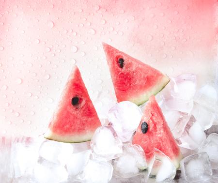 La fruta fresca de sandía en rodajas en un cubo de hielo fresco Foto de archivo - 59782032