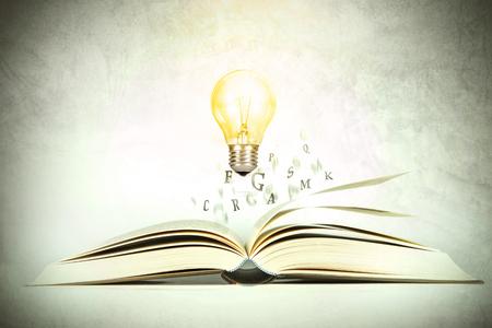 Libro Abierto Con La Letra Del Alfabeto De Volar Con La Bombilla ...