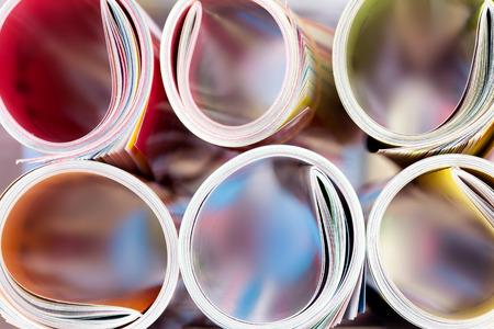 出版と出版のコンセプト、非常に浅い被写し界深度の背景がぼやけて本棚カラフルな雑誌スタッキング ロールの端を閉じる 写真素材