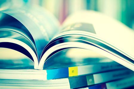 Bublication コンセプトは、ヴィンテージのレトロな色のトーンと非常に自由度の背景がぼやけて本棚開いた雑誌のページを閉じる 写真素材