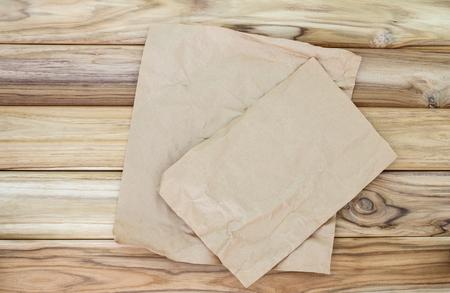 料理やパン、木製のテーブルに紙のシートの場所を砕いた