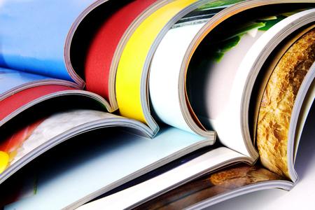 Pila de revistas de colores Foto de archivo - 69977158