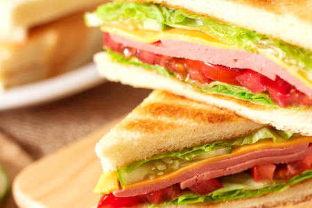 whole wheat toast: Sliced Grilled sandwiches bread with bacon , ham and cheese with vegetable , healthy breakfast