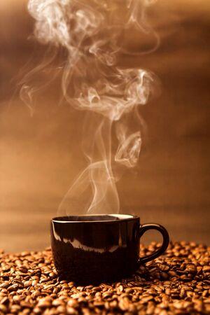 볶은 커피 콩에 따뜻한 검정색 커피 잔의 정물화 스톡 콘텐츠 - 83877873