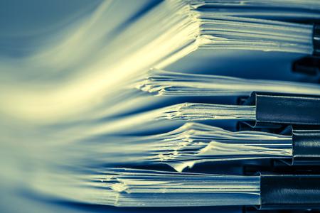 extreamly close-up empilhamento de documento de trabalho de escritório com pasta de clipe de papel, tom de cor retrô Foto de archivo