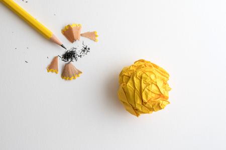 Lápiz amarillo y papel arrugado amarillo con afeitado en blanco dibujo papel de acuarela, proyecto de herramienta de trabajo creativo