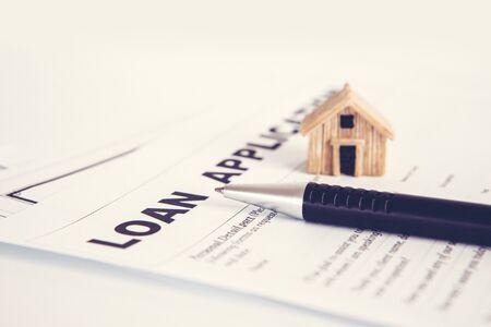 Chiudere il modulo di domanda di prestito carta con penna, mutuo per la casa o concetto di domanda di prestito personale