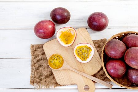 Close up fresh passion fruit on white wooden table background Zdjęcie Seryjne