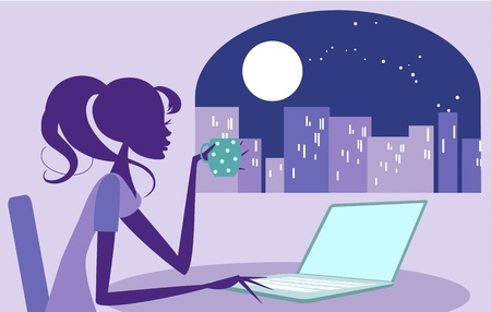llegar tarde: Mujer bonita navegar por Internet, o tal vez trabajando hasta tarde con una taza de caf� Escena de la ciudad iluminada por la luna se puede ver en el fondo a trav�s de la ventana