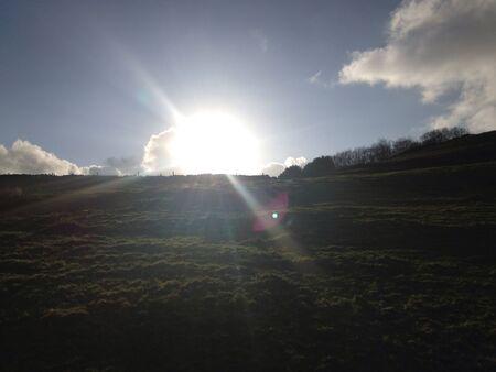 over the hill: Sun que se levanta sobre la colina