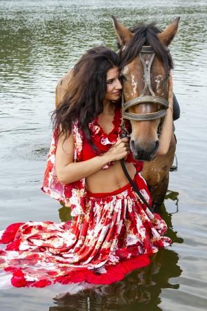 femme a cheval: Fille avec un cheval Banque d'images