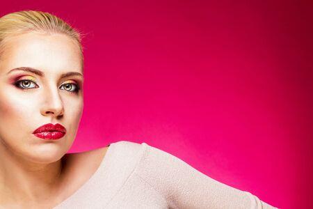 lips red: Mujer con los labios rojos
