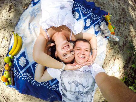 ピクニックで自分自身を撮影するカップル