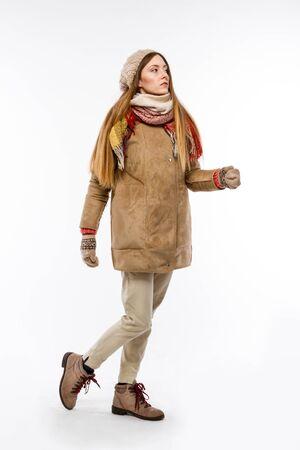 Chica en ropa de invierno.